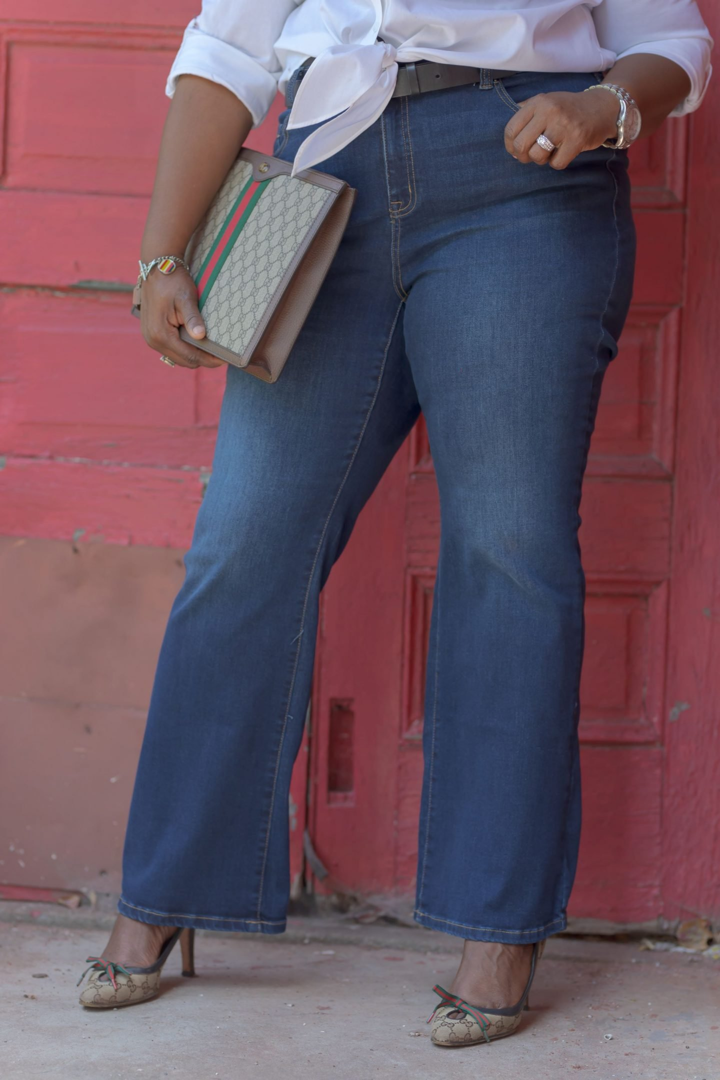 Half body picture of Influencer Nikki Free leaning on wall wearing Lane Bryant Flex Magic Waistband Jean